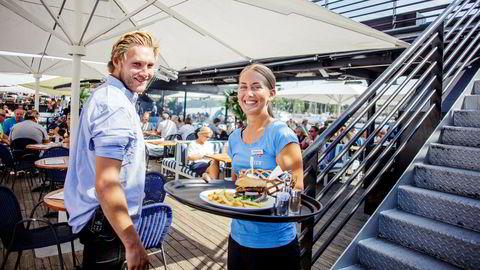 Det har ikke vært stillesittende dager på Lekter'n denne sommeren. Et særdeles varmt vær har ført til tidenes sommerresultat for den flytende restauranten. Servitør Filippa Janssen (20) og hovmester Pål Harboe (24).