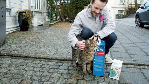 Selskapet Dyrekassen har slått seg opp på hjemmelevering av dyrefôr i flere norske byer. Her er det katten Han Solo som får nytt fôr og sand.