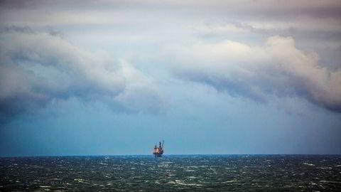 Oljeproduksjonen er rundt 11 prosent over Oljedirektoratets prognose for måneden og ni prosent høyere enn november i fjor. Avbildet er oljeplattformen, Oseberg Feltsenter, i Nordsjøen.