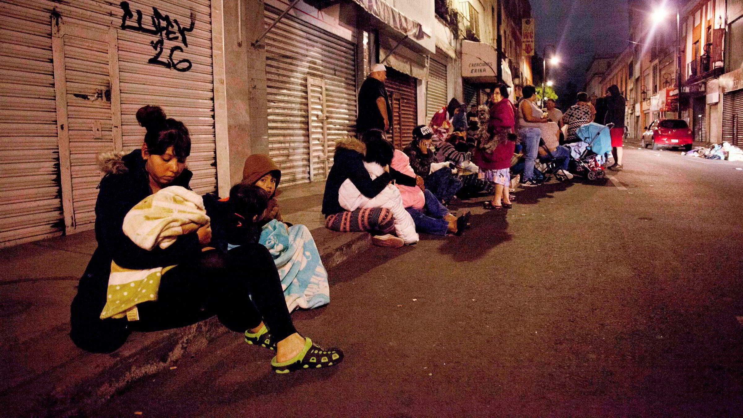 Folk i Mexico by samlet seg ute på gatene etter jordskjelvet.