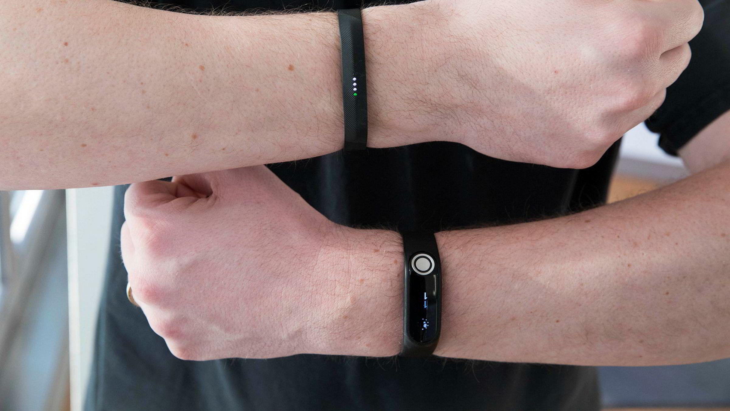 Fitbit Flex 2 (øverst) har ikke pulsmåler, men er veldig presis på kaloritelling likevel. TomTom Touch kan måle hvor mye kroppsfett du har ved hjelp av bioelektriske impulser.