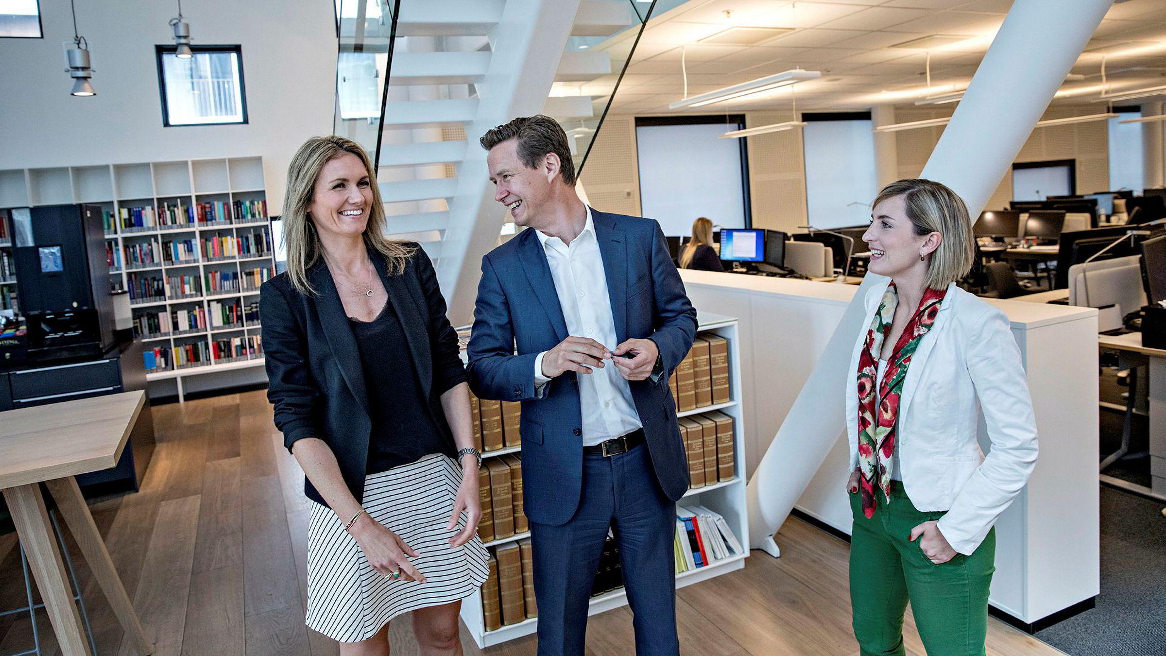 DNB etterstreber like mange kvinnelige og mannlige advokater i banken. Juridisk direktør Audun Moen og nestleder i juridisk avdeling Maria Løvold (til venstre), her sammen med student Pauline Sommerfelt Helle.