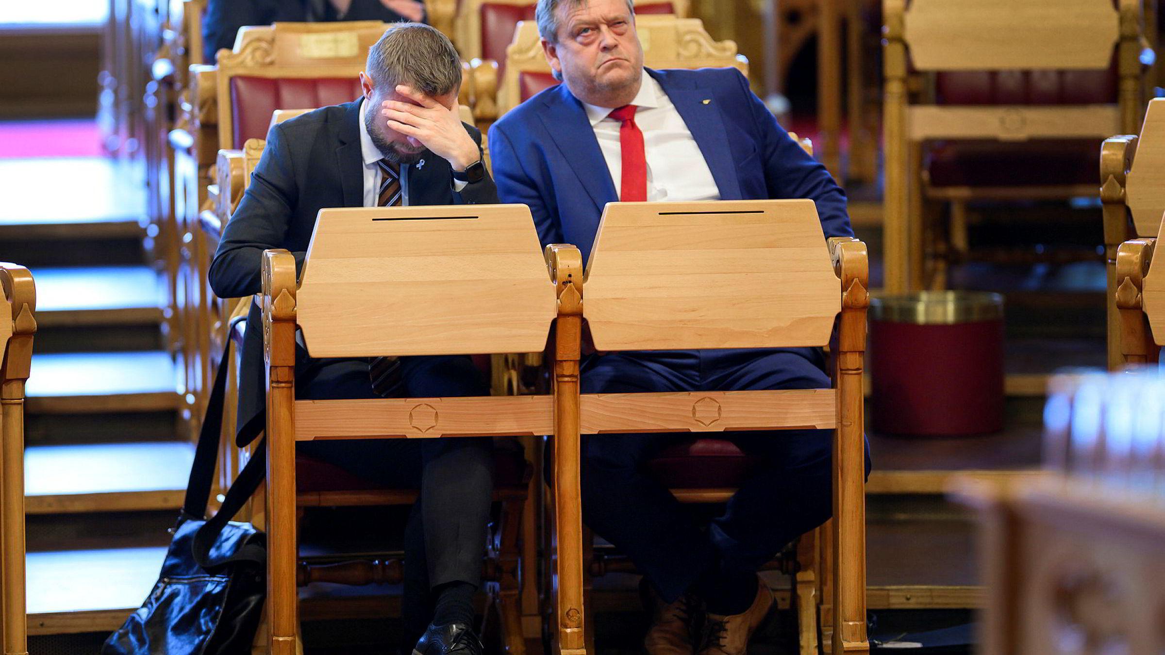 Helseminister Bent Høie hadde ambulanseflyhodepine i spontanspørretimen. Fiskeri- og sjømatminister Harald T. Nesvik hadde andre plager.