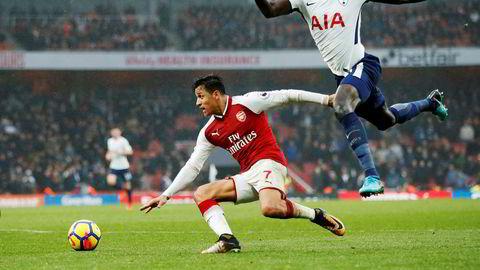 Den chilenske vingen Alexis Sanchez er nå solgt fra Arsenal til Manchester United. Dermed pakker han med seg Nike-skoene og flytter nordover fra London. Her er Alexis Sanchez (til venstre) i duell med Tottenhams Davinson Sanchez.