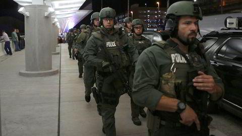 Politiet eskorterte flypassasjerer ut av flyplassen på Fort Lauderdale etter skytingen fredag.