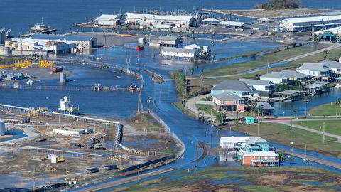 Landområder og veier sto under vann i Grand Isle i Louisiana etter at orkanen Zeta hadde passert området torsdag.