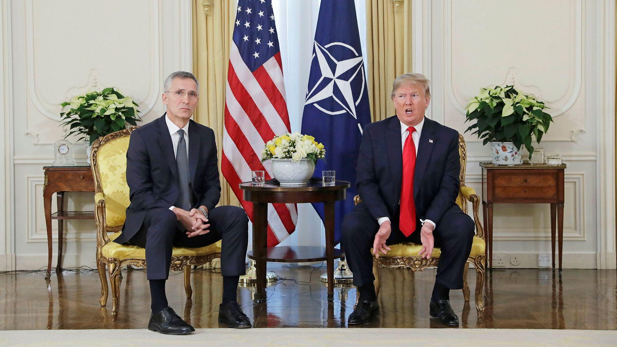 Donald Trump (til høyre) var på plass i London, men smilene satt ikke løst da han møtte Natos generalsekretær Jens Stoltenberg.