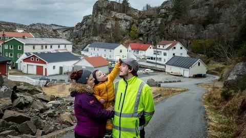 Lene Venge (29) og Hans Ove Nesbø (30) sier de kan klare to måneder med permittering, etter det må de be familien om hjelp. Her sammen med sønnen Viljar Venge Nesbø (2) utenfor hjemmet på Solsvik i Øygarden kommune.