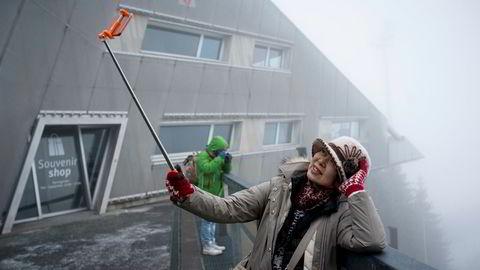 Regina Wu jobber hardt for den perfekte selfien i tåken i Holmenkollen.
