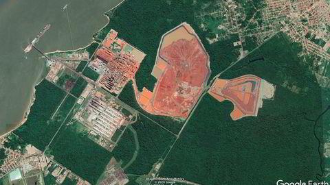 I den nordøstlige delen av Amazonas-regnskogen ligger Norsk Hydros tre aluminiumsanlegg. Her langs Pará-elven ligger to av de tre; Alunorte-anlegget synes på den bauksittrøde fargen på bauksittanlegget og to store deponier, mens aluminiumsverket Albras ligger på sørsiden av veien.