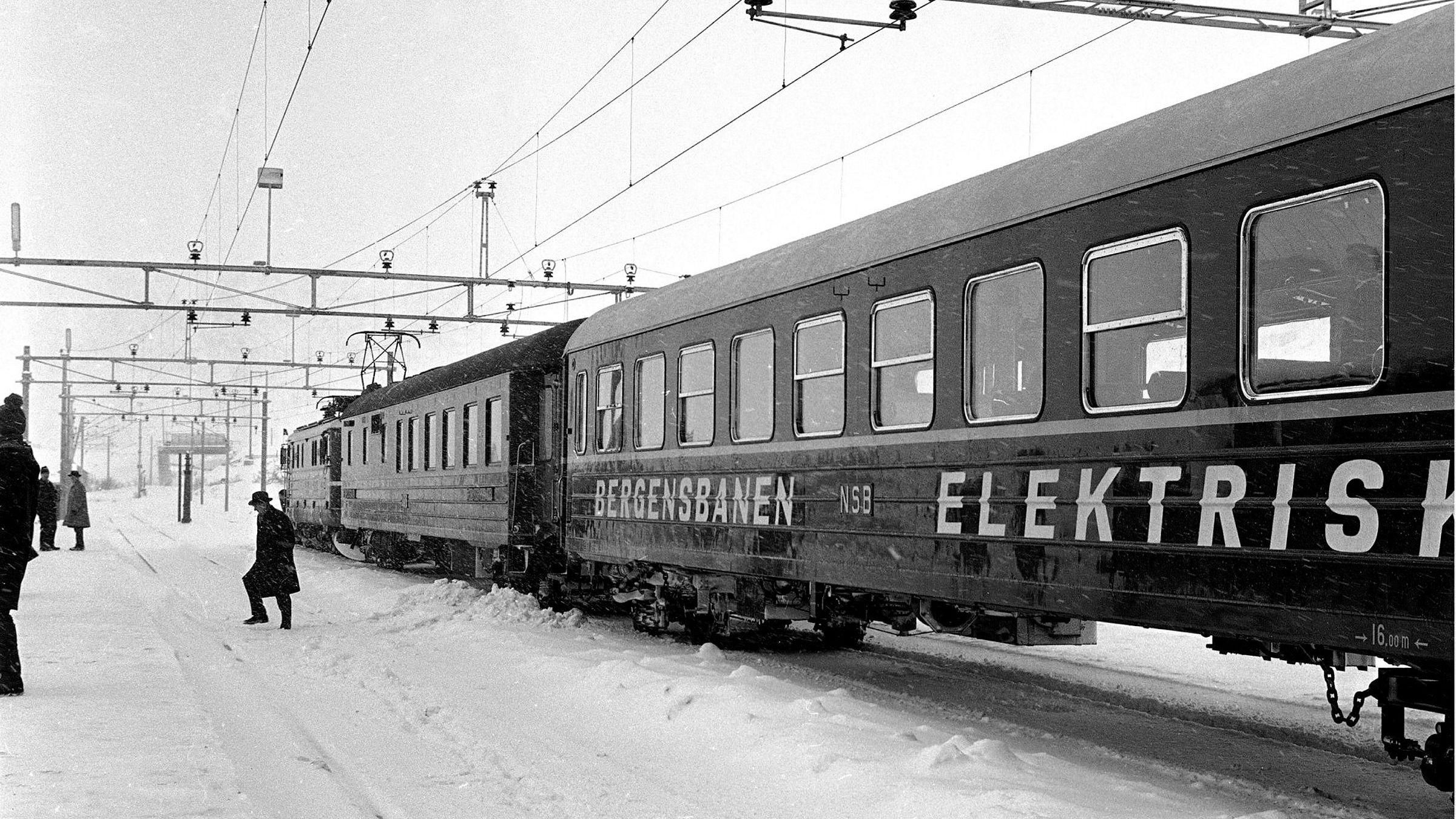 Da forrige århundre startet var jernbane den dominerende næringen på de store børsene. Hva vi skal leve av etter oljen vil etter hvert synes på børsene, skriver artikkelforfatter. Herer det første elektriske toget som kjørte distansen Oslo / Bergen.