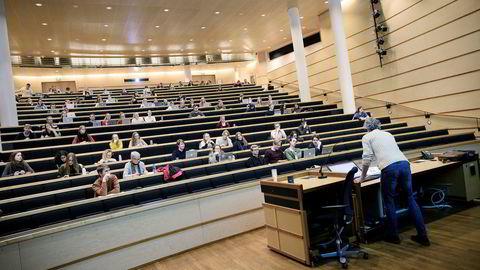 Danmark har begrensninger på mulighetene til å ta opp fag fra videregående og ikke et system med tilleggspoeng.