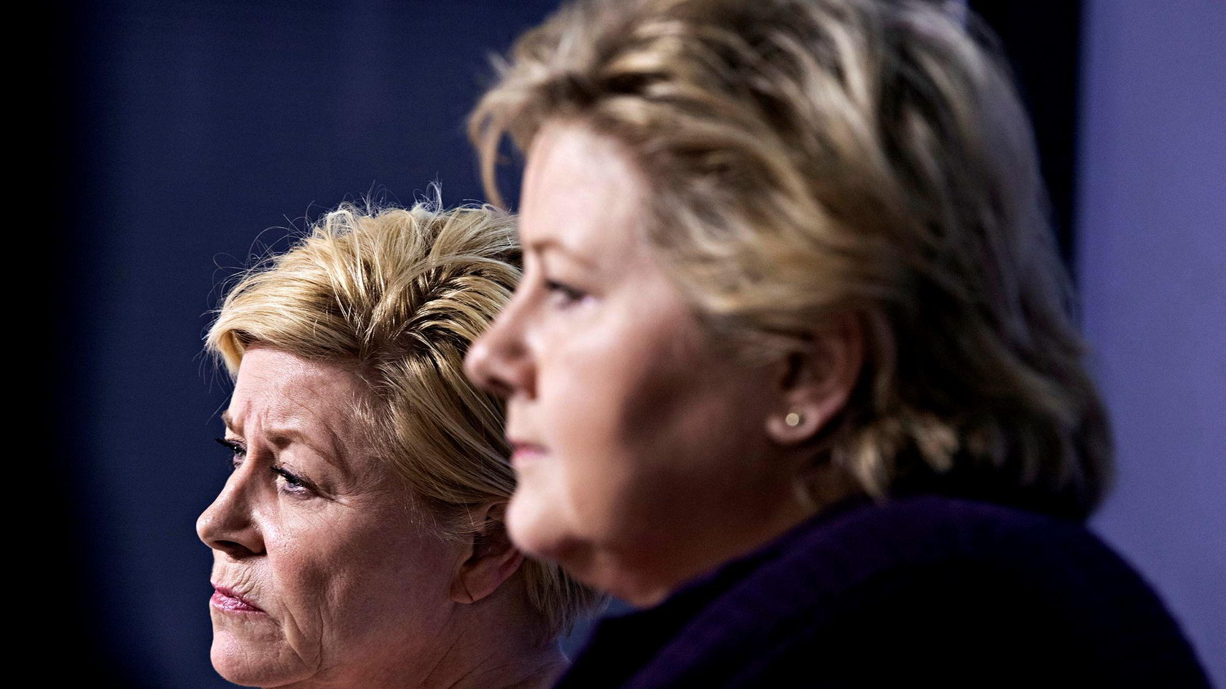 Politiske ledere, som Siv Jensen (til venstre) og Erna Solberg, er ikke som andre ledere. De er avhengige av andre og eget partis gunst. Og folkets.