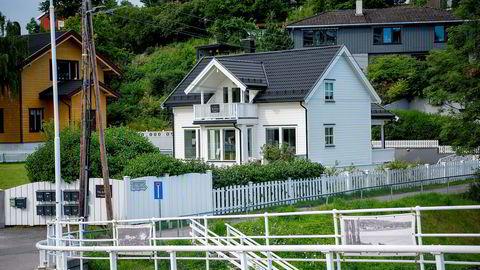 Det er satt opp skilt fra Privatmegleren på eiendommen til Isabelle Ringnes og Bjørn Erik Ihlen, men den legges ikke ut på det åpne markedet før i august.