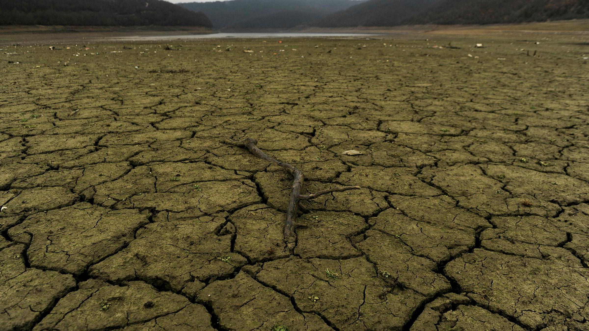 Stadig flere bevis om pågående klimaendringer «tikker inn». Bildet viser Badovc-sjøen der vannstanden er falt dramatisk.