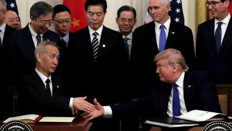 USAs president Donald Trump og Kinas visestatsminister Liu He undertegnet første fase av en handelsavtale mellom de to landene på onsdag. – En skjør avtale, mener makroøkonom hos finansinstitusjonen Nomura.