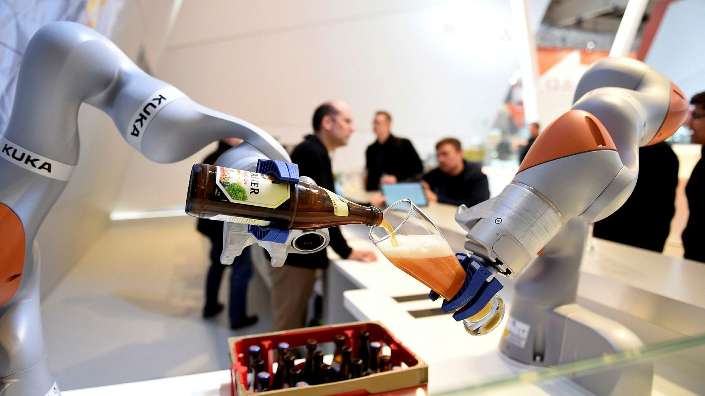 Japanske, tyske og kinesiske selskaper satser på økt bruk av roboter i produksjonen. Den tyske robotprodusenten Kuka, er i ferd med å bli kjøpt av et kinesisk selskap. Her serverer en Kuka-robot øl under industrimessen i Hanover i 2016.