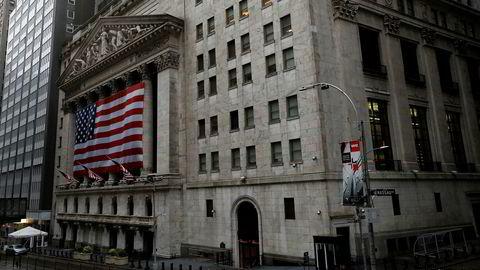 Finansdistriktet på Manhattan med Wall Street og New York-børsen var nesten helt folketomt mandag.