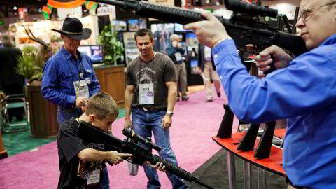 Store og små sjekker siktet på en våpenmesse i Reno, Nevada.