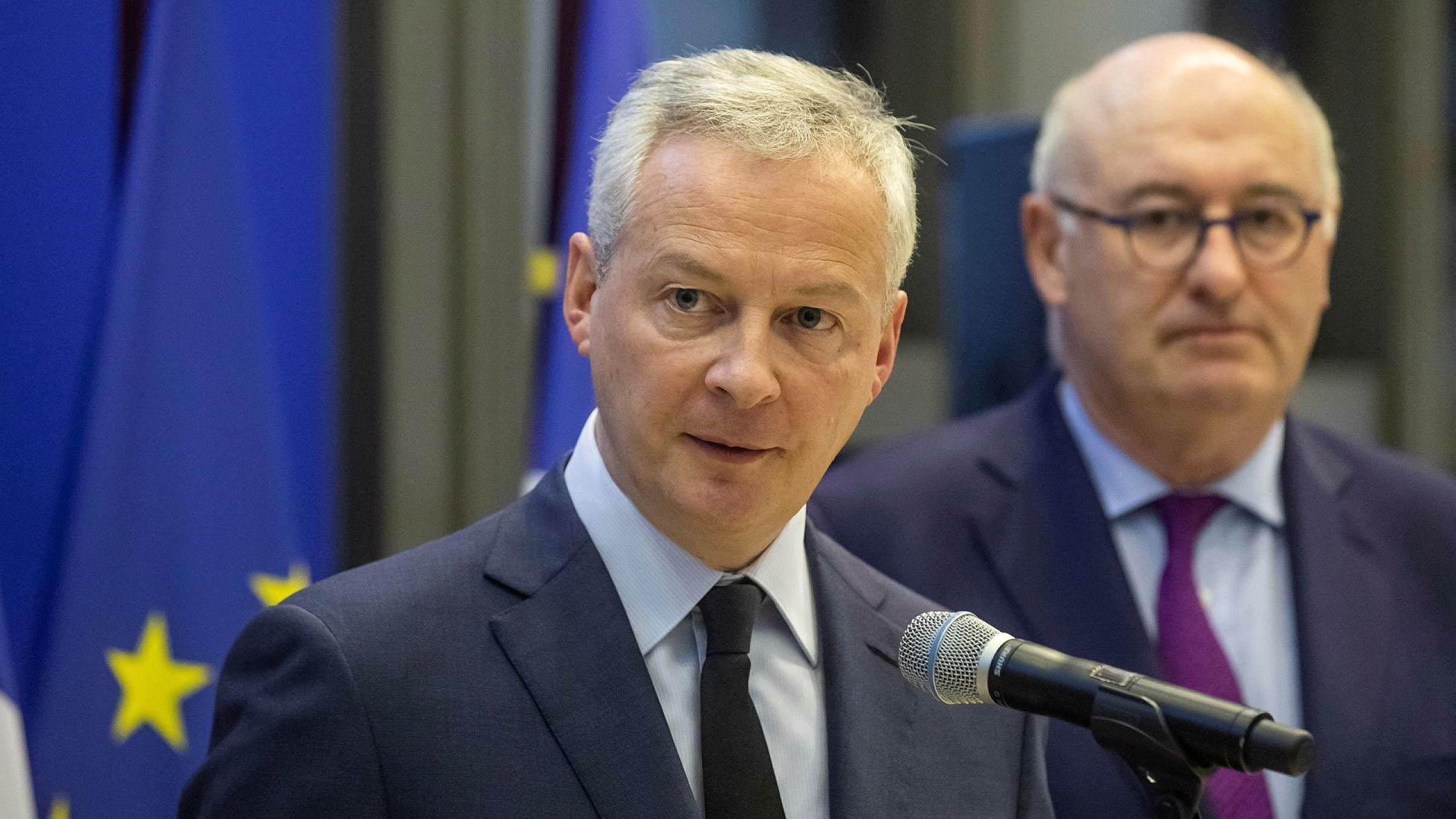 Frankrikes finansminister Bruno Le Maire (t.v.) og EU-kommissær Phil Hogan i Paris tirsdag.