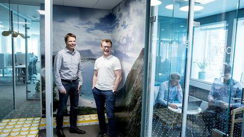 – Folk er redde for Amazon. Vi har virkelig omfavnet det og utnyttet det fullt ut, og det har vært veldig bra, sier administrerende direktør Øyvind Birkenes (til venstre). Her sammen med teknologidirektør Erlend Bolle i Airthings.
