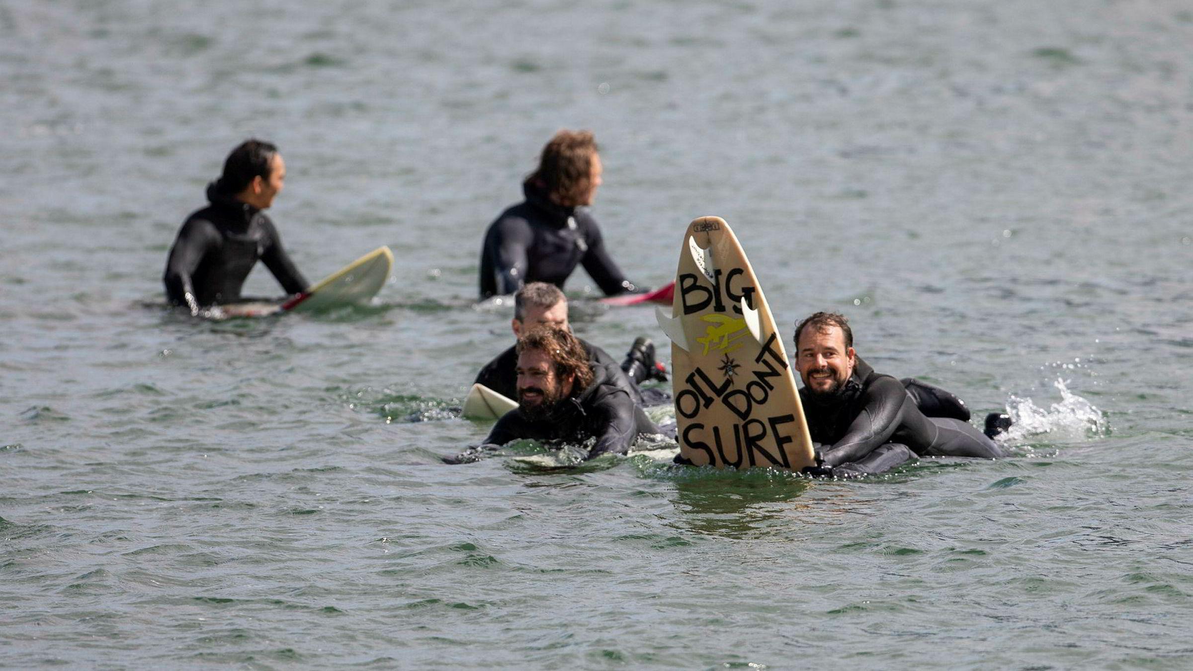 Surferne i Australia har arrangert demonstrasjoner flere steder, men mener det virkelige vendepunktet i kampen var at de sendte en delegasjon til Norge og Equinors generalforsamling i mai i fjor. Her fra surfedemonstrasjon, en såkalt paddleout, i havnebassenget utenfor Operaen i Oslo.