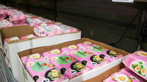 Forbruket av egg per innbygger har siden 2005 økt med 25 prosent. Nå vil Landbruks- og matdepartementet sette en stopper for konkurransen i storkundemarkedet for egg, mener artikkelforfatterne.