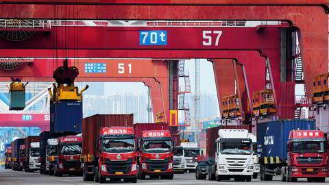 Aktiviteten er i ferd med å ta seg opp ved havner over hele verden – ledet av Kina. Her fra containerhavnen i Qingdao. Den kinesiske handelen falt i mai. Realtidsindekser tyder på en bedring i mai og Kina kan slippe unna en resesjon.