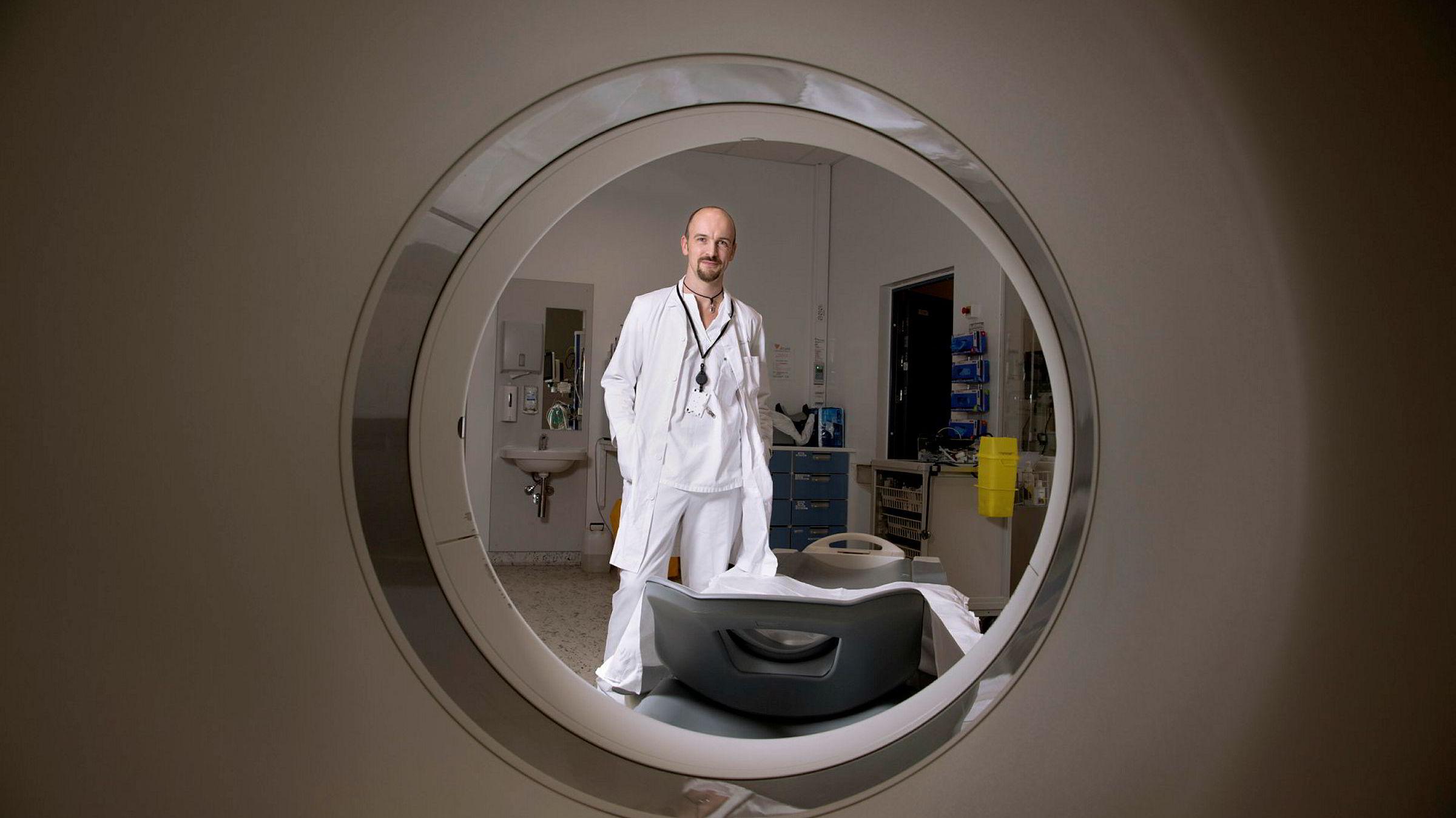 Overlege Peter Mæhre Lauritzen ved seksjon for forskning og utvikling i klinikk for radiologi og nukleærmedisin på Oslo universitetssykehus. Her avbildet ved en CT-maskin.