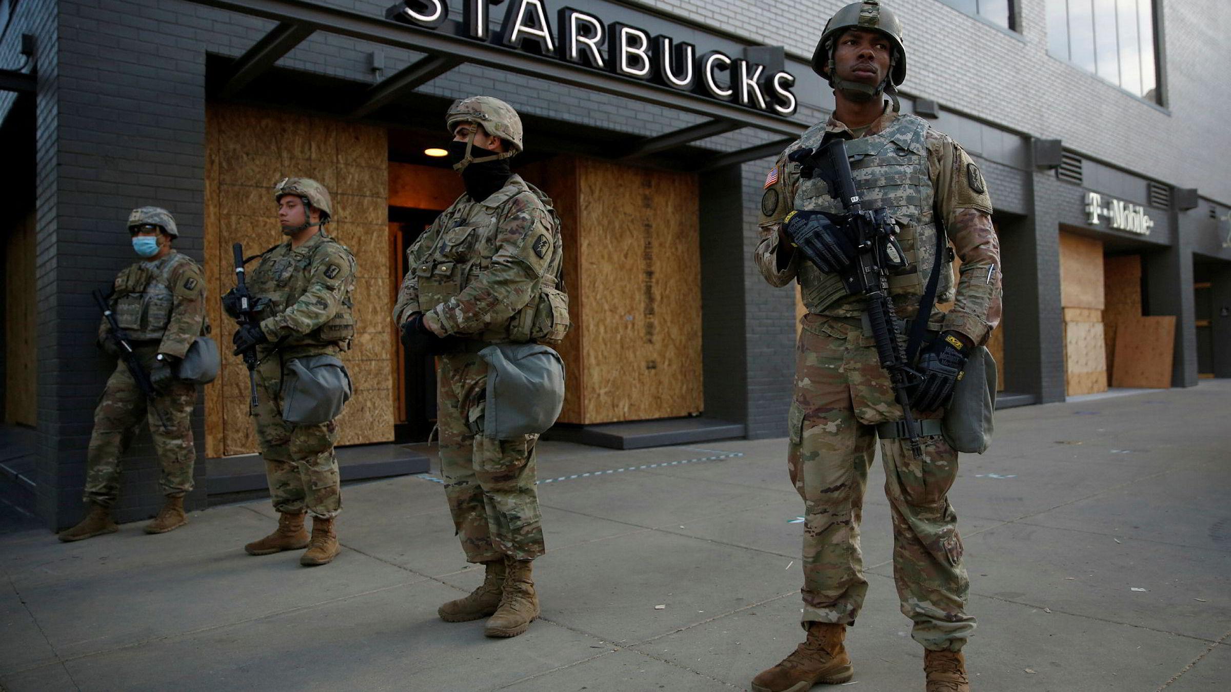 Medlemmer av nasjonalgarden i California står vakt i sentrum av Sacramento mandag. Guvernøren i delstaten Virginia på den andre siden av det amerikanske fastlandet nekter å sette inn delstatens nasjonalgarde i Washington, D.C., av frykt for hvordan den kan bli brukt.