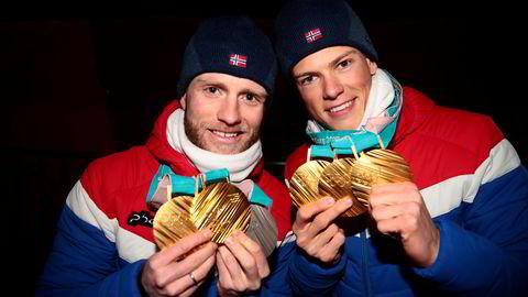 Martin Johnsrud Sundby (til venstre) og Johannes Høsflot Klæbo viser frem sine medaljer etter medaljeseremonien på Pyeongchang Medals Plaza i Pyeongchang.