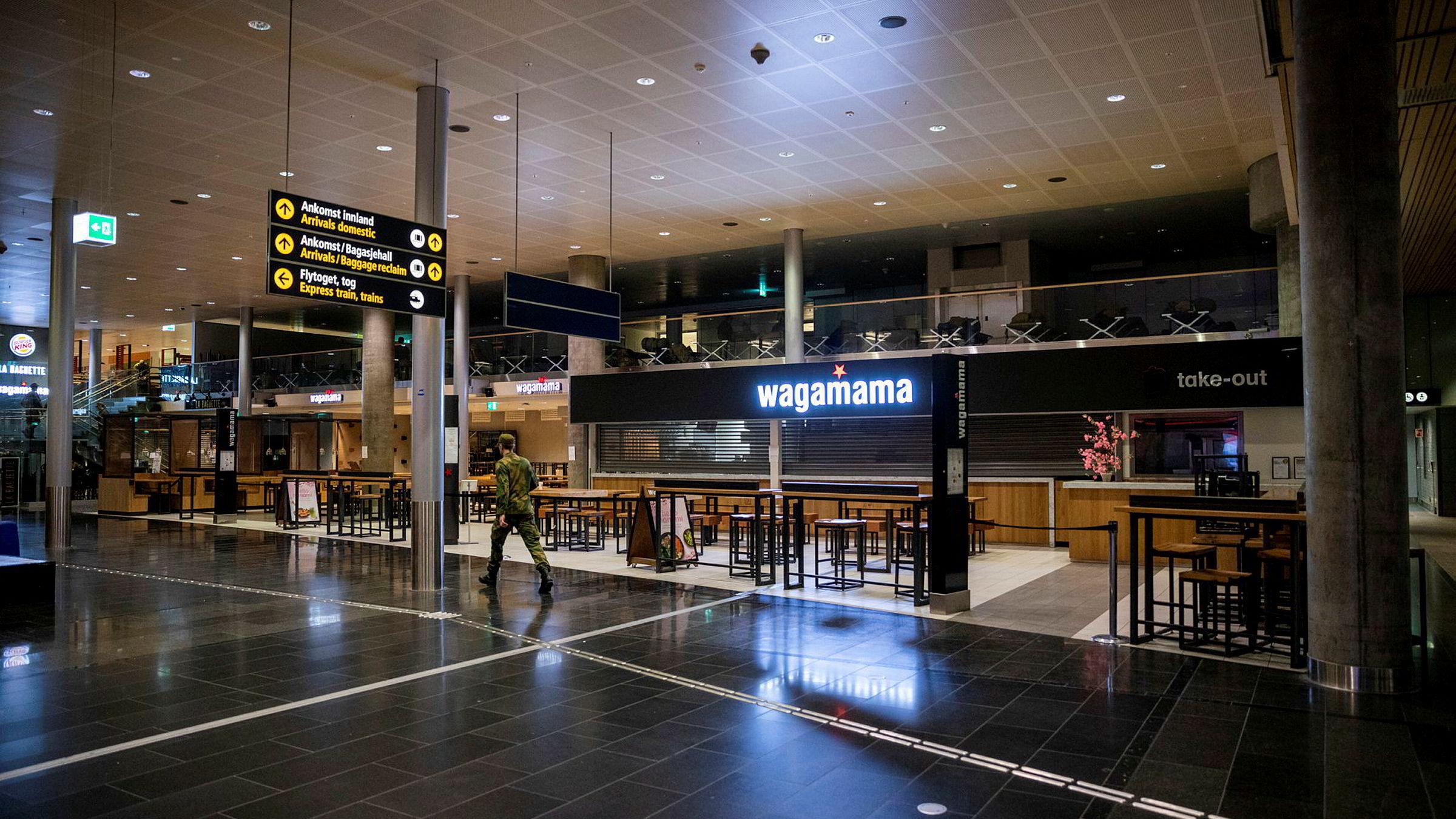 Det var få reisende på Gardermoen tirsdag, og mange av kafeene er stengt. Flybransjen, reiseliv og servering er blant de hardest rammede bransjene.