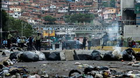Opptøyene fortsetter i Venezuela, blant annet i forma av provisoriske sperringer i gatene i hovedstaden Caracas. View of a street blocked with garbage bags