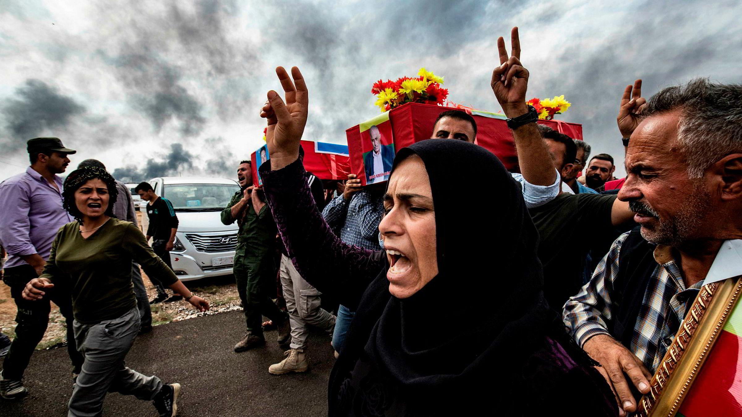 Sørgende deltar i begravelsen til drepte kurdiske soldater ved grensebyen Ras al-Ain, nord i Syria. Tyrkiske og kurdiske ledere anklager hverandre for å bryte våpenhvilen.