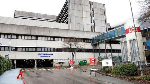 På fire uker har Helse Bergen avlyst eller utsatt 30.000 avtaler. Legene frykter folk unnlater å søke hjelp og mener flere vanlige pasienter kan få behandling.