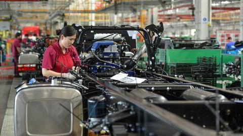 Mens store deler av verden fortsatt sliter med koronapandemien har den økonomiske aktiviteten normalisert seg i Kina. Her fra en lastebilfabrikk i Anhui-provinsen.