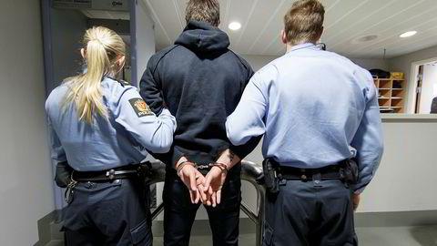 Et av flere forslag fra regjeringen er at en rekke politioppgaver med lav risiko, som fangetransporter og vakthold ved rettssaker, overføres til sivilt ansatte og vektere.