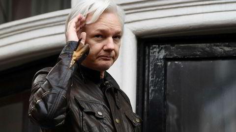 Julian Assange i Ecuadors ambassade i London i mai i fjor. Foto: AP/NTB scanpix