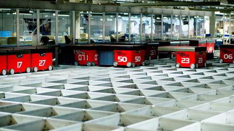 Det er 55 roboter som plukker fra denne delen av lageret. Det er 16 esker med ulike varer stablet i høyden, men de mest populære varene er å finne nærme toppen. Robotene plukker ut varene de skal ha, i snitt tar de tak i en hvert sjette sekund, og sender ned til ansatte som står i etasjen under og pakker ned ordrene i pappesker før det sendes til kundene.