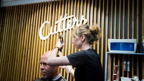 Myndighetenes insistering på at frisørkjeden Cutters skal ta imot kontanter er håpløs.