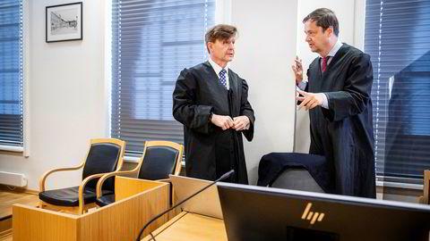 Advokat Arnt Angell (til venstre) forsvarer tidligere advokat Alexander Hesselberg i straffesaken om grovt bedrageri og grov utroskap. John Christian Elden bistår Hesselberg i søksmålet fra Pål Fevangs sønn som skal opp om knappe to uker.