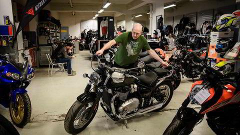 Geir Andreas Arnestad, daglig leder for AMD Motorsykler as, triller frem en av årets nyheter, en Triumph Bonneville Speedmaster.
