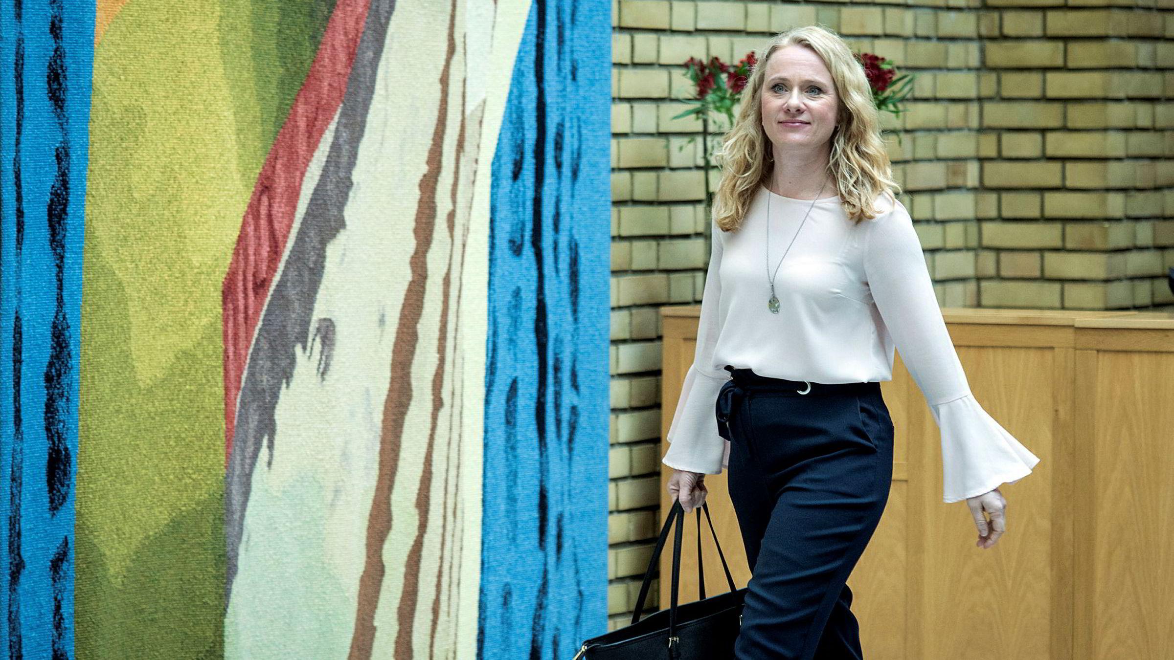 Arbeids- og sosialminister Anniken Hauglie (H) må gjennomføre nye regler for bemanningsbransjen selv om hun er uenig i dem.