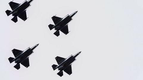 Fire F-35-jagerfly flyr over Akershus festning under 75-årsmarkeringen for frigjøringen 8. mai. Nå kan den svekkede kronen føre til at årets levering av seks nye F-35-fly kan bli langt dyrere enn planlagt.