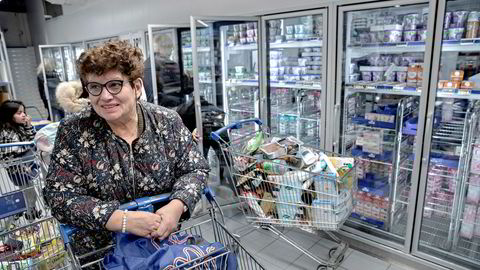 Inger Gidske er blant kundene som har vært sjokkert over folks reaksjonsmønster i butikkene de siste dagene. Her er hun på Rema-butikken på Lambertseter torsdag ettermiddag.