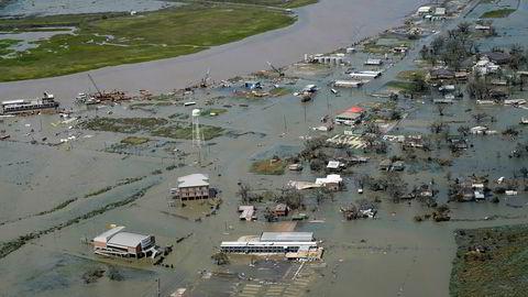 Minst seks personer omkom da orkanen Laura feide inn over Louisiana i USA, og delstatens guvernør venter at redningsmannskaper finner flere ofre. Her ses flomrammede hus i Cameron i Louisiana.
