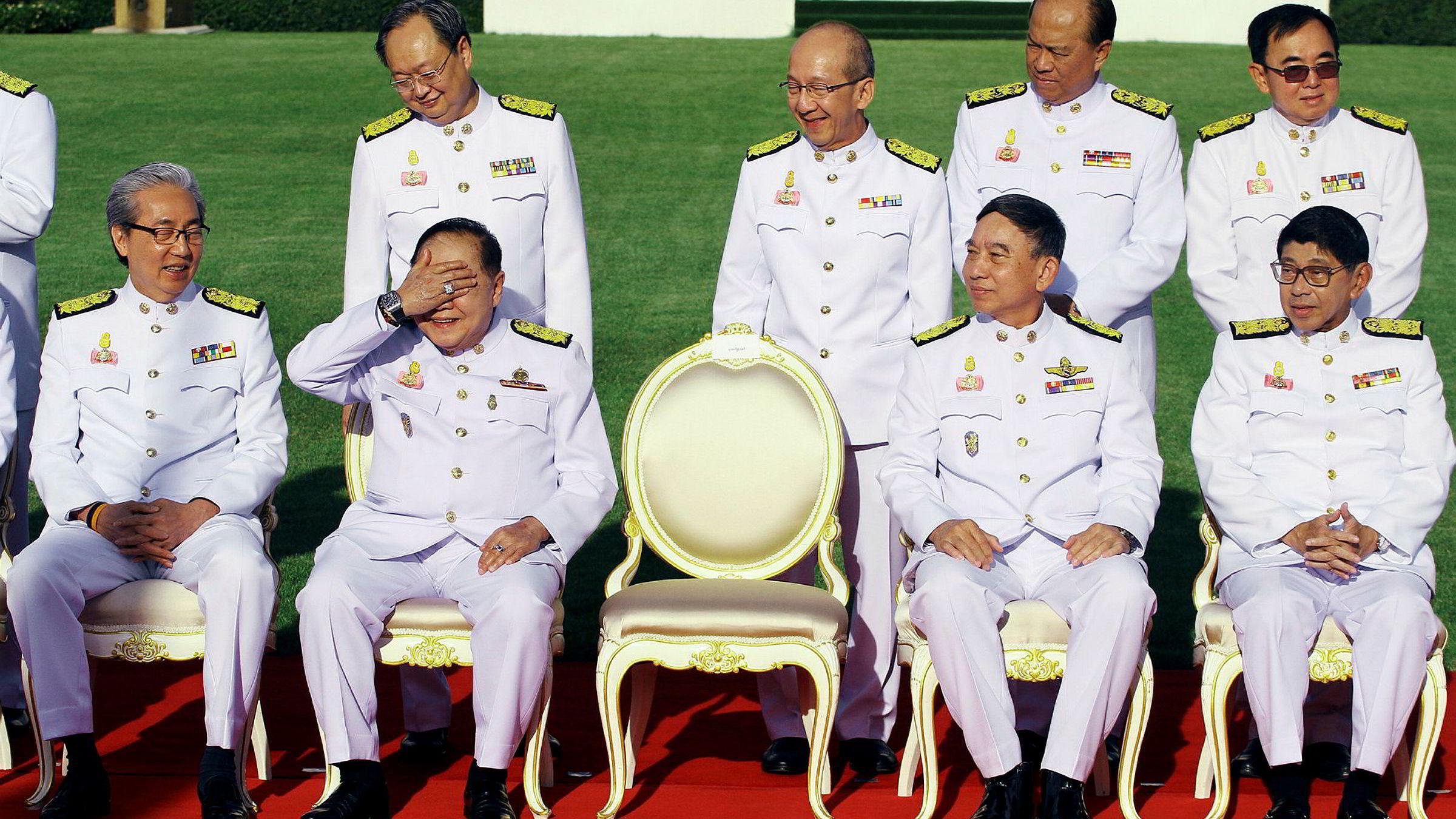 Da den thailandske militærjuntaen tok gruppefoto i desember i fjor, holdt visestatsminister og forsvarsminister Prawit Wongsuwan opp hånden for å skjerme seg mot solen, og dermed fanget fotografene opp en svinedyr klokke av merket Richard Mille.