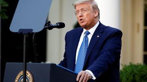 President Donald Trump snakker foran det hvite hus.
