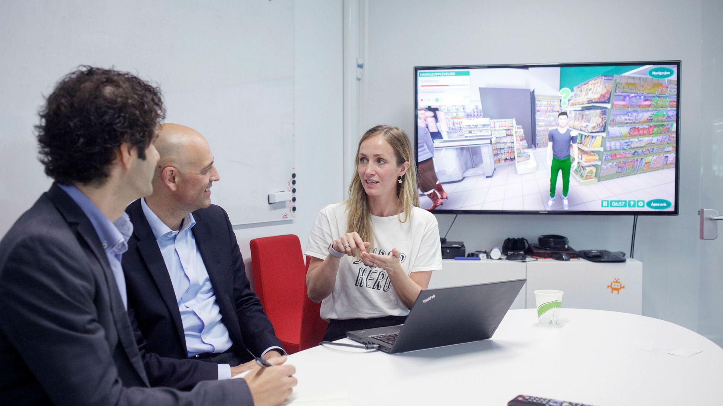 Anne Lise Waal (t.h) er administrerende direktør og teknologidirektør i Attensi, og mener det er spesielt bra at kåringen av norske it-kvinner også tar for seg spesialistene. Her demonstrerer hun opplæring av butikkmedarbeidere gjennom et spill, med Eivind Bergmyr, partner i Attensi-investor Viking Venture og gründeren Odd P. Skarsheim.