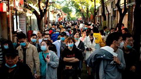 Kinesere feirer «Golden Week» og reisevirksomheten er på vei tilbake mot nivåer før koronapandemien rammet hardt i januar. – Sjansen for at du møter en smittet person uten symptomer er svært lav – nesten ubetydelig, sier sjefepidemiolog.